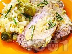 Свинско филе с кисело зеле, брюкселско зеле и праз - снимка на рецептата
